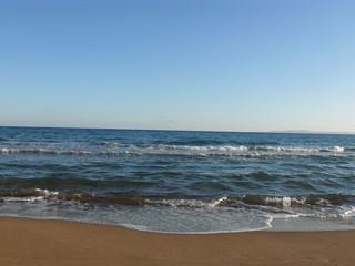 Sandstrand am Meer mit wolkenfreiem Himmel
