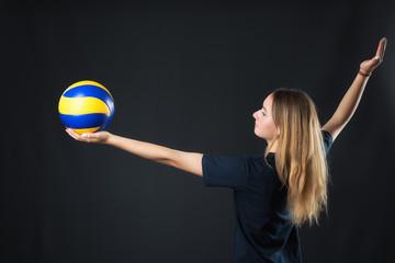 Volleyballspielerin macht einen Aufschlag