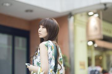ショッピング中の若い女の子