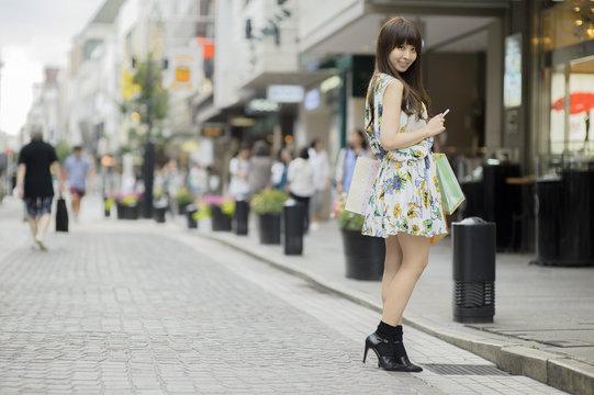 ショッピング中の若い日本人女性