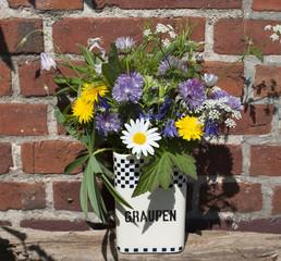 """Alte Vorratsdose """"Graupen"""" aus Keramik mit Wiesenblumen / Blumenstrauß auf Treibholz Brett"""