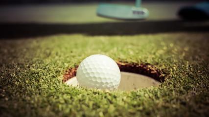 Golfball vor Loch Golf