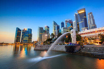 Poster de jardin Singapoure The Merlion fountain Singapore skyline.