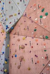 Sportklettern an einer Kletterwand