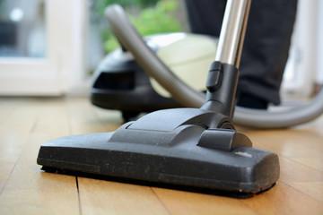 Hausarbeit und Putzen mit Staubsauger