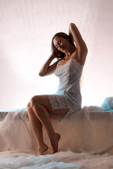 Frau mit Rückenschmerzen im Bett