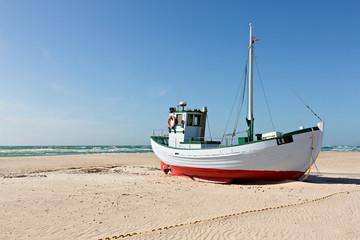Fisch-Kutter am Strand