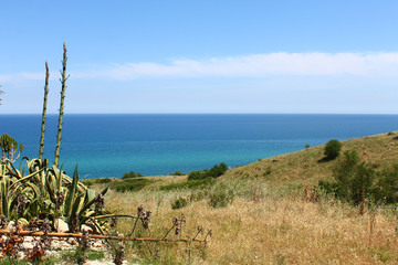 Veduta della costa dalla torre di un piccolo paese denominato Torre Melissa, situato sulla costa ionica calabrese, in provincia di Crotone.