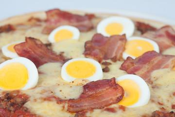 Schinkenpizza mit Ei