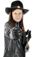 Sheriff in Cowboy Kostüm zielt mit Pistole