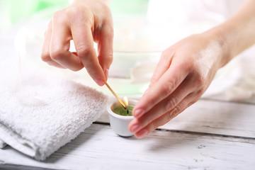 Aromaterapia Kobieta zapala zieloną świecę zapachową