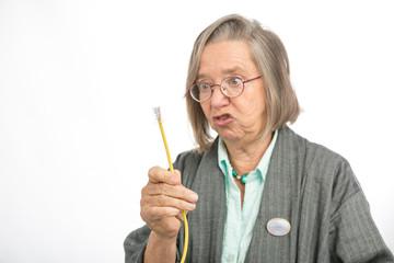 Alte Frau mit Ethernetkabel ist wütend