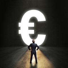 Geschäftsmann steht vor einem leuchtenden Euro-Durchgang
