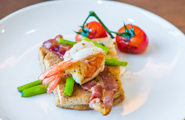 Sandwich with poached egg, parma ham and tomato