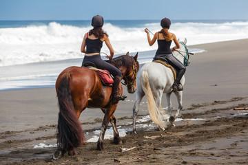 Papiers peints Equitation promenade à cheval sur la plage de l'Etang-Salé, Réunion