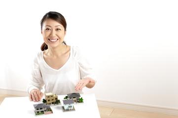 住宅の模型を説明している日本人の綺麗な女性