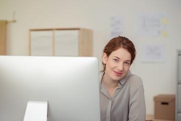 auszubildende arbeitet am computer