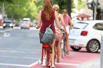 Junge Frauen auf Radweg