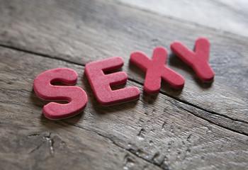 mot sexy en lettres rouge en relief