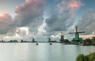 Papiers peints Navire Molens op de zaanse schans met fraaie wolkenlucht