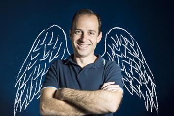 Hombre con alas de ángel