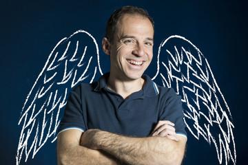 Hombre sonriendo con alas de ángel