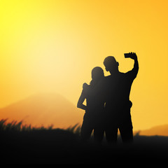 Silhouette couple do selfie