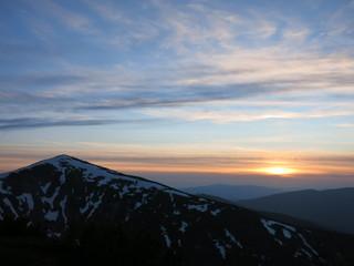 Заснеженные вершины в лучах заката
