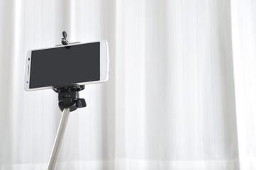 自撮り棒とスマートフォン