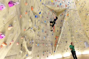Klettersport in einer Kletterhalle // climb in a climbing gym
