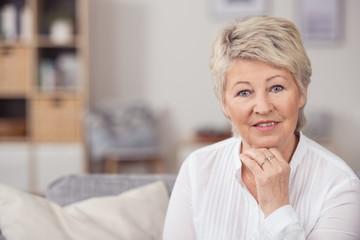 attraktive seniorin in ihrer wohnung