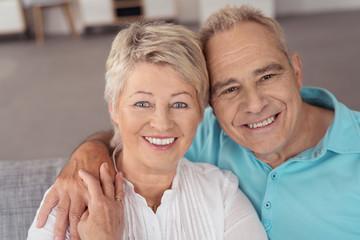 lachendes älteres paar in ihrer wohnung