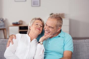 lachendes älteres paar hat spaß zusammen