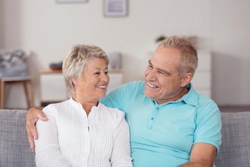 glückliche senioren zu hause auf dem sofa