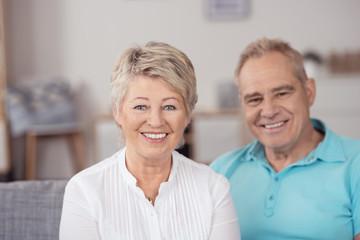 glückliches senioren-paar zu hause