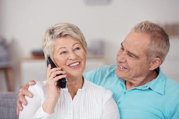 glückliche seniorin am telefon