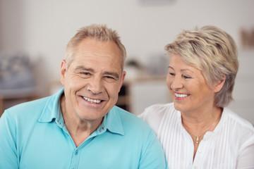 glückliches senioren paar in ihrer wohnung