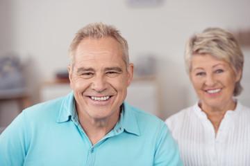 lachendes best-ager paar in der wohnung
