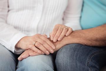 senioren-paar legt die hände aufeinander