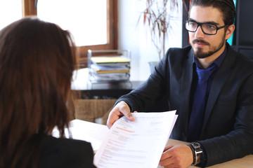 Papier Peint - homme d'affaires - transmet un dossier