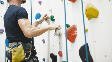 Photo sur Toile Alpinisme Uomo arrampicata su parete