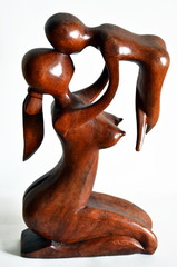 madre con bambino. scultura in legno