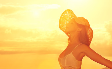 Fototapete - Happy beauty woman in hat opened his hands, enjoys sunset over s