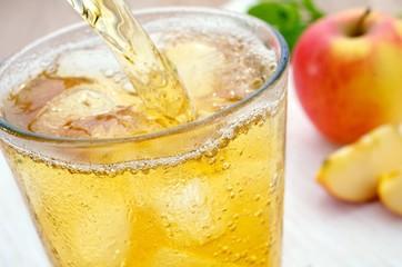Apfelsaftschorle einschenken