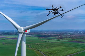 Luftbild einer Windkraftanlage mit Drohne Wartung