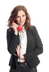 Junge Büroangestellte telefoniert
