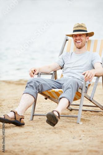 mann sitzt im liegestuhl am strand stockfotos und lizenzfreie bilder auf bild. Black Bedroom Furniture Sets. Home Design Ideas