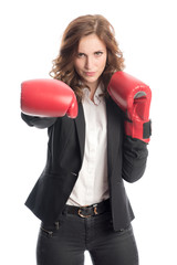Businessfrau mit Boxhandschuhen