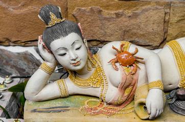 居眠りする女性の像 タイ