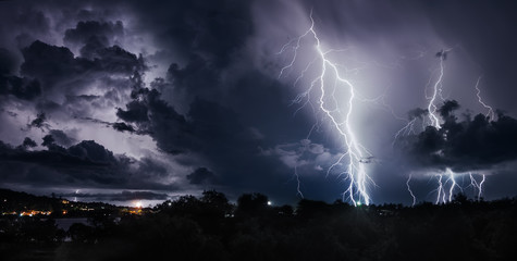Zelfklevend Fotobehang Onweer Thunderstorm with lightning bolts on the Thai island